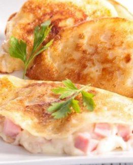Crespelle mit Schmelzkäse und italienischem Kochschinken gefüllt