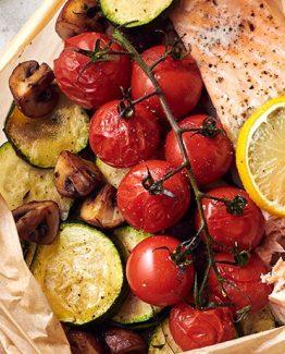 Gebackenes Lachsfilet mit Gemüse