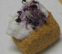 Gebratene Polentaroulade mit Knoblauchschaum und Lauchsprossen