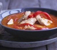 Tomatensuppe mit Hühnerbrust und Kokos